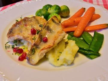 Plato de pescado con patata y verduras