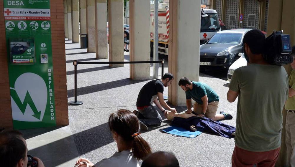La Cruz Roja instala el primer desfibrilador DESA en Pamplona
