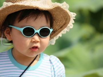 Niño pequeño con gafas de sol