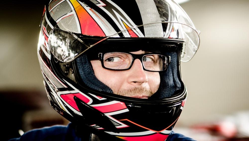 Motorista con su casco