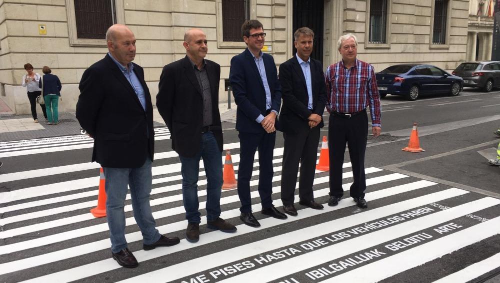 Los pasos de peatones de Vitoria se pintan con consejos para reducir los atropellos