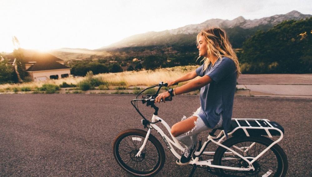 Una chica monta en bicicleta