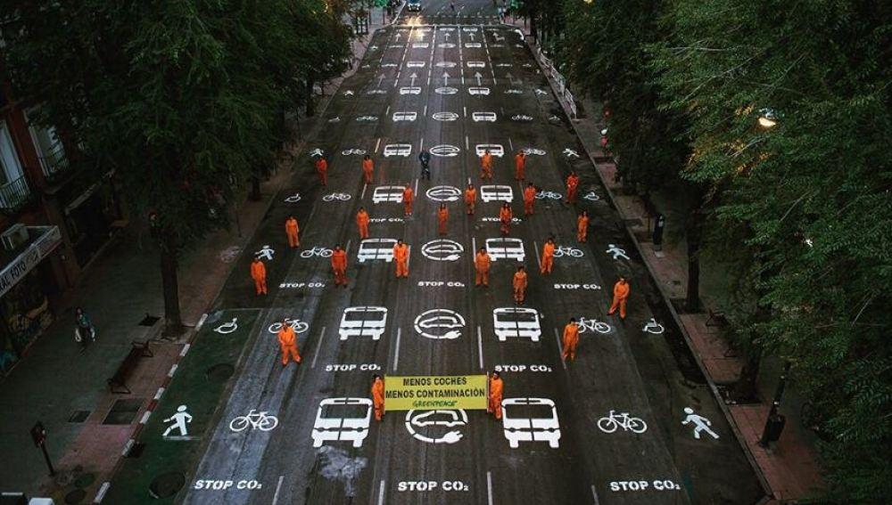 Greenpeace pinta los carriles de una calle de Madrid