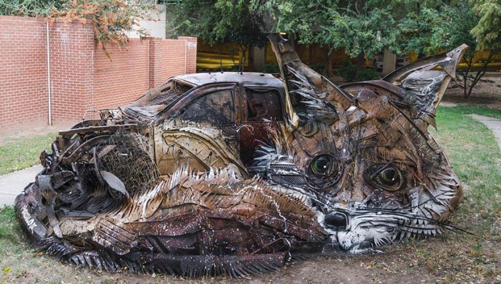 Un artista callejero convierte la basura en esculturas de animales para concienciar sobre la contaminación