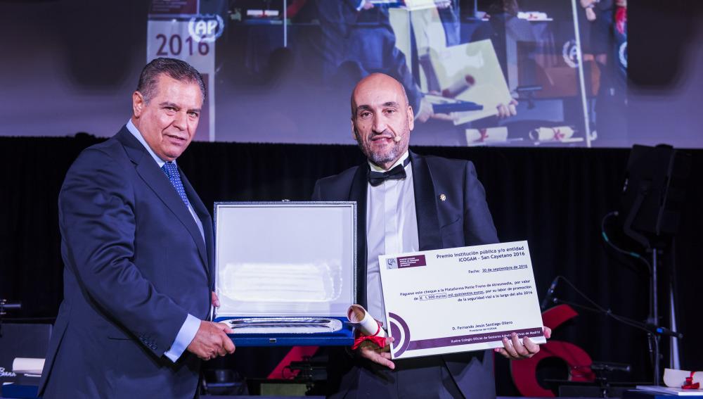 Los gestores administrativos premian a la Plataforma Ponle Freno por su colaboración en materia de seguridad vial