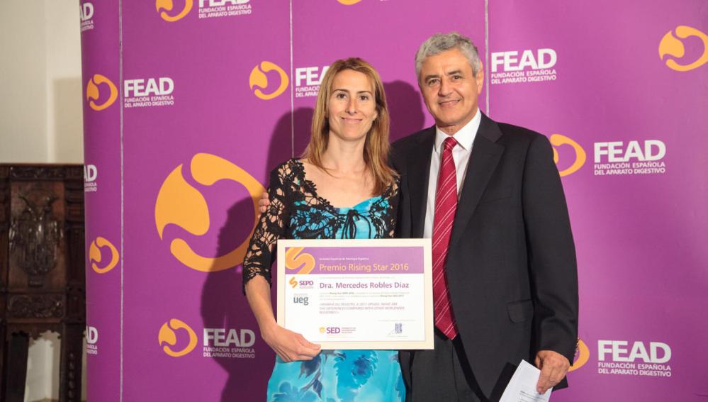 De izq. a dcha. Mercedes Robles Díaz, premiada Rising Star SEPD 2016, junto al Dr. Raúl Andrade Bellido que entrega el premio como Responsable del Comité Científico de la SEPD.