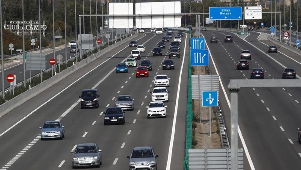 Coches circulando por una carretera de Madrid