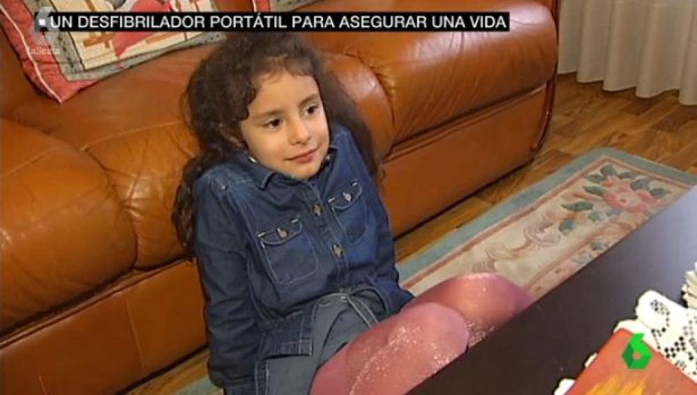 La Sanidad pública no subvenciona el desfibrilador que necesita Safya, una niña de cinco años
