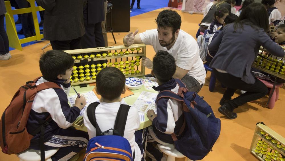 Los niños aprenden cocinando en el salón 'Juvenalia' en Madrid