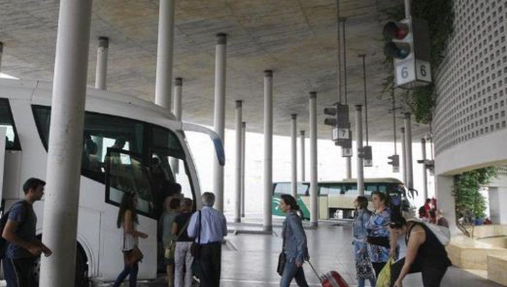 Un desfibrilador salva la vida de un hombre de 67 años en la estación de autobuses de Córdoba