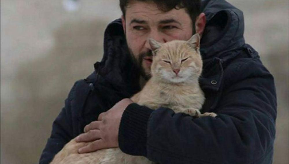 Un hombre se niega a marcharse de Alepo para cuidar de más de un centenar de gatos callejeros