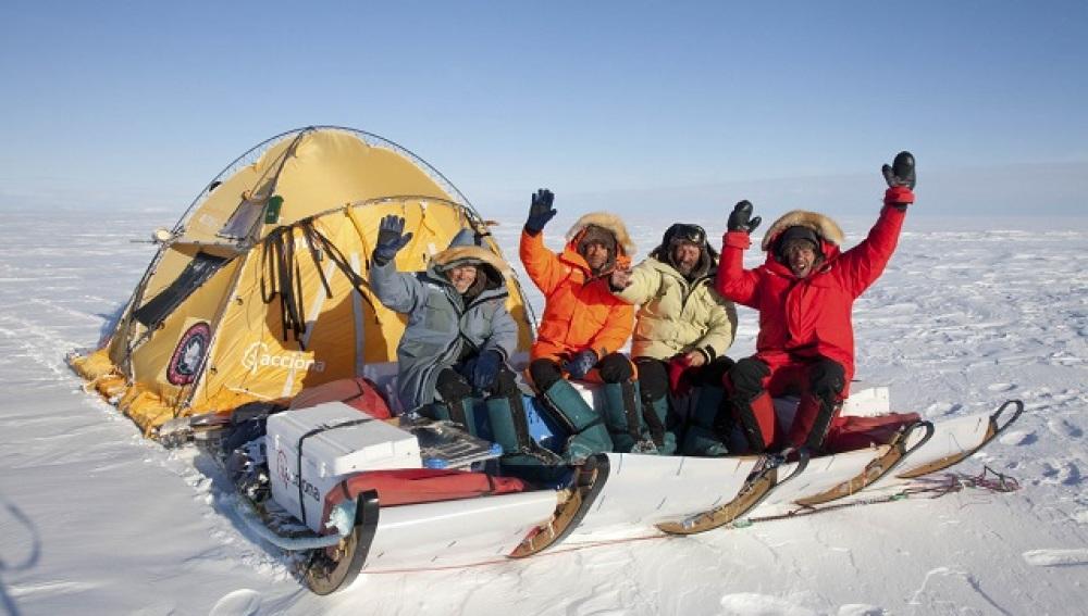 Exploradores españoles recorren el Ártico y la Antártida a bordo del 'trineo del viento'
