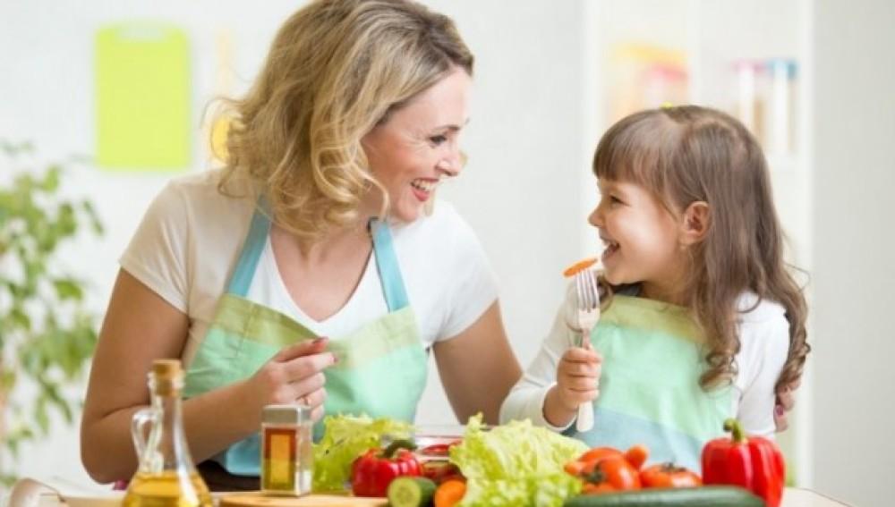 Los padres son un claro modelo de conducta para que los hijos coman bien