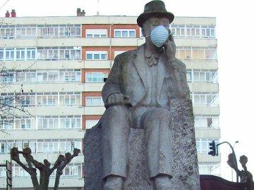 Mascarillas en uno de los monumentos de Avilés para protestar contra el cambio climático