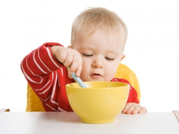 Niño desayunando