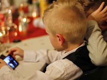 El uso moderado de pantallas no es perjudicial para la salud de los niños
