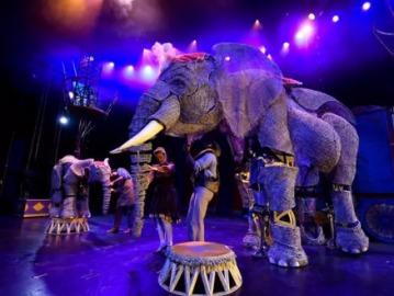 Un circo presenta elefantes en forma de títere y elimina los animales de sus espectáculos