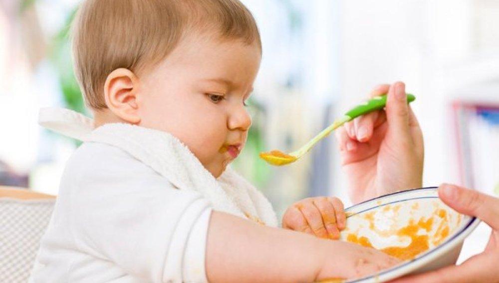 Cinco trucos para enseñar a los bebés a masticar