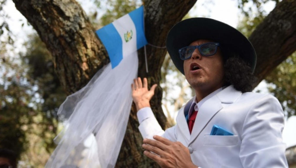 Un actor peruano se casa con un árbol para pedirle perdón a la naturaleza