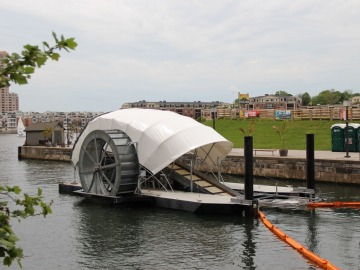 'Mr. Trush Wheel', el barco que limpia la basura de las aguas de Baltimore