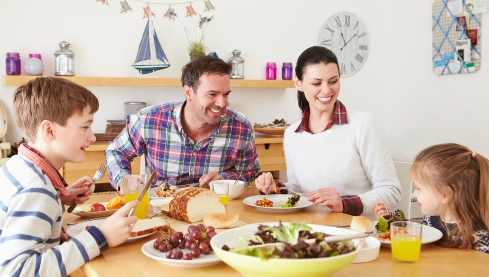 Solo un 37% de los padres españoles comen habitualmente con sus hijos