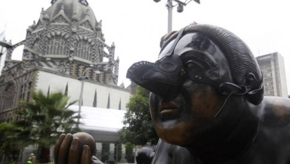 Colocan máscaras de la peste negra en las esculturas de Botero en protesta por la alta contaminación
