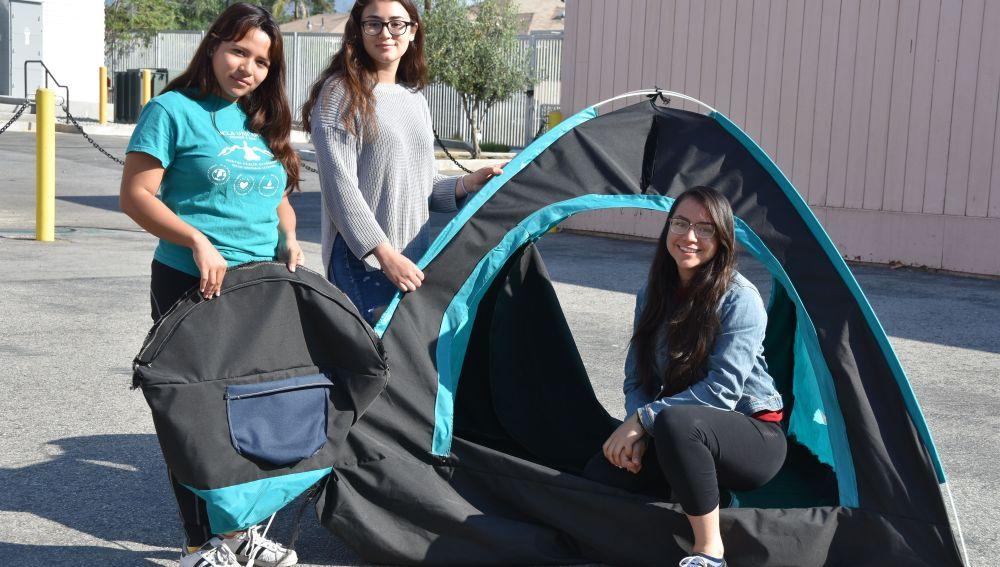 Un grupo de estudiantes crean una tienda de campaña con energía solar para personas sin hogar