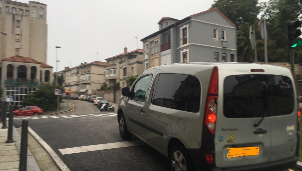 Cruce de peatones peligroso sin semáforo en C/ San Andrés de Santander