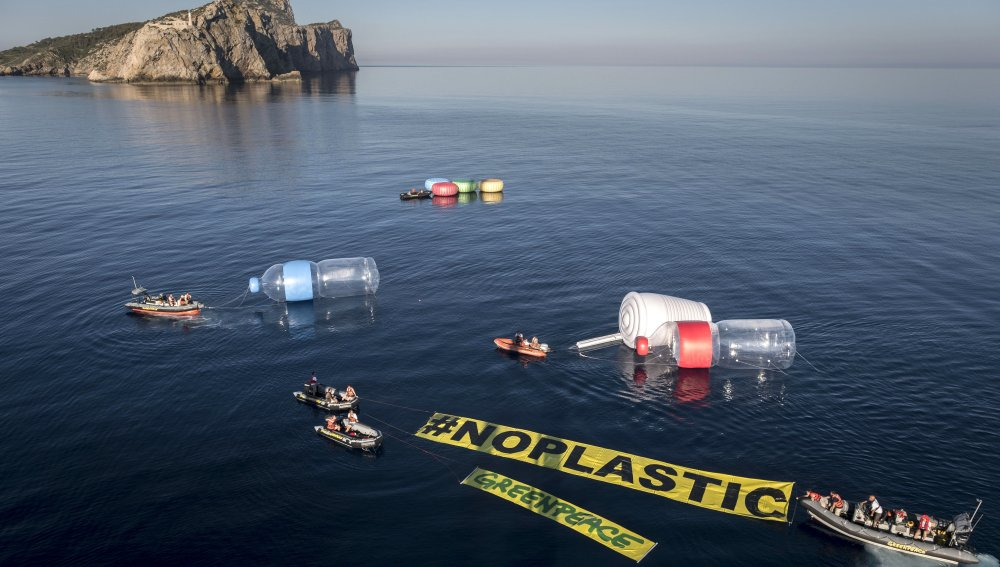 Greenpeace esparce enormes objetos de plástico en el Mediterráneo contra la contaminación