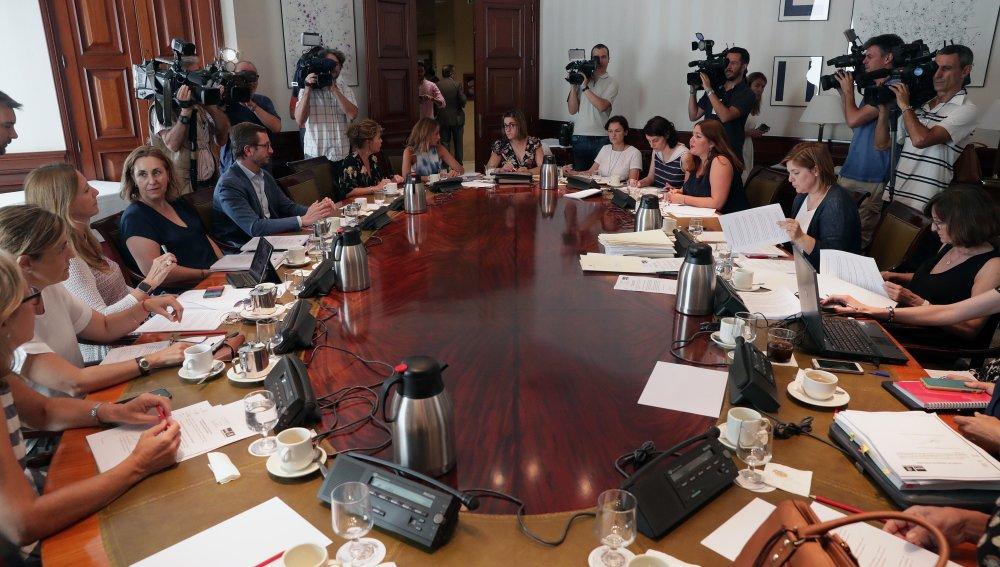 Miembros de diferentes partidos durante la reunión de la subcomisión del Congreso que tiene como finalidad articular un pacto de Estado en materia de violencia de género