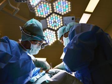 Implantan una prótesis de esternón y costillas diseñada en 3D