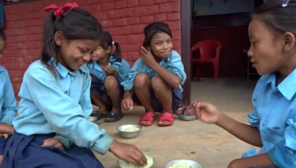 Visitamos un comedor escolar y ecológico en Nepal