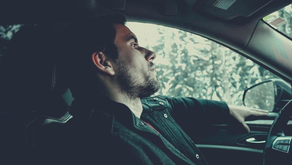 Conductor pensando al volante