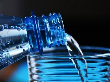 Botella y vaso de plástico