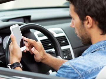 Utilizar el móvil al volante de un coche