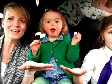 """El emotivo karaoke de 50 madres junto a sus hijos con Síndrome de Down: """"Hay que cambiar el mundo, no cambiarles a ellos"""""""