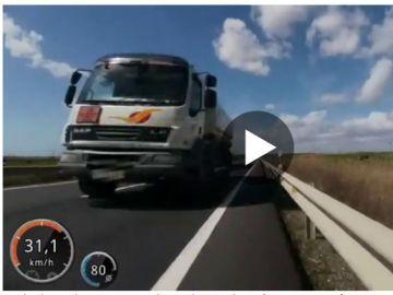 Un ciclista graba el momento en el que casi es arrollado por un camión cuando adelantaba por el sentido contrario