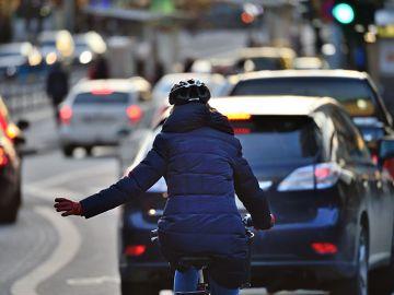 Un ciclista circulando en carretera