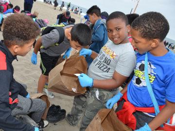 Miles de niños limpian una playa de Los Ángeles para fomentar un 'océano libre de plástico'