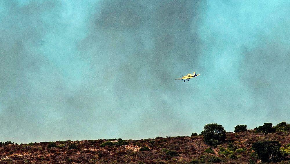 Una avioneta sobrevuela el incendio, que ya está estabilizado, declarado en Roses