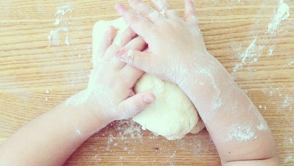 Niña con las manos en la masa