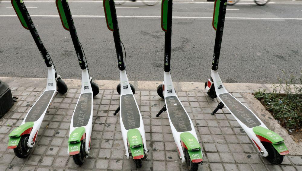 Patinetes eléctricos en una acera de Madrid