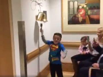 Un niño de seis años celebra la victoria al cáncer tras su última quimioterapia