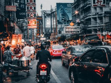 Repartidores de comida controlarán el tráfico en China para concienciar