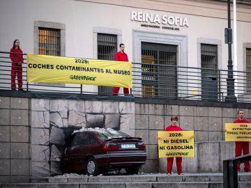 Greenpeace estrella un coche contra el Reina Sofía para denunciar el aumento de la temperatura global