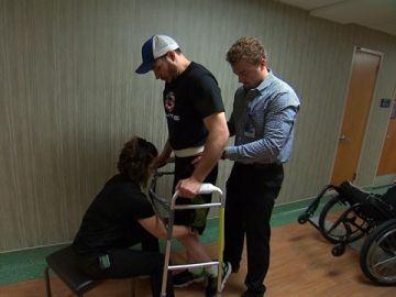 Un parapléjico consigue caminar gracias a la estimulación eléctrica en su médula espinal