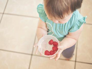 bebé comiendo fresas