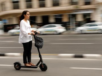 Madrid baja a 30 la velocidad y saca de la acera los patinetes