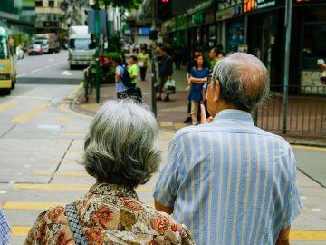 Una pareja mayor a punto de cruzar