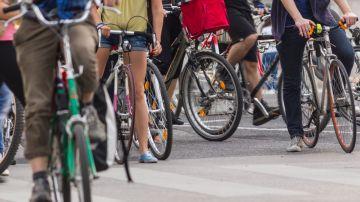 Hay que estudiar medidas para potenciar la sustitución de viajes cortos en coche por la bicicleta.